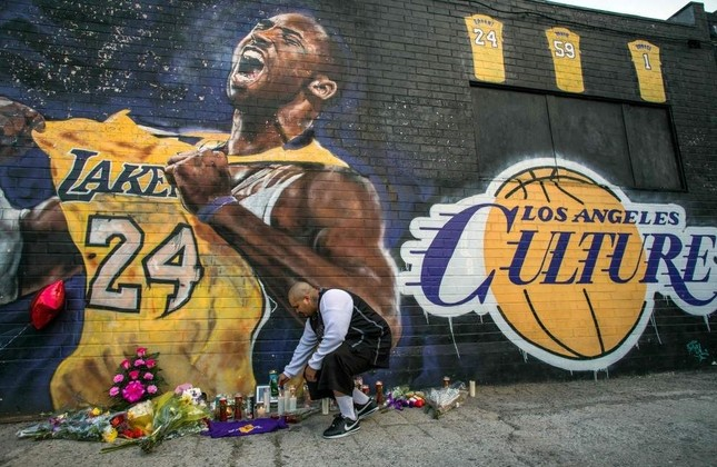 Candles lit in front of a Kobe Bryant mural in downtown Los Angeles, Jan. 26, 2020. AFP Photo