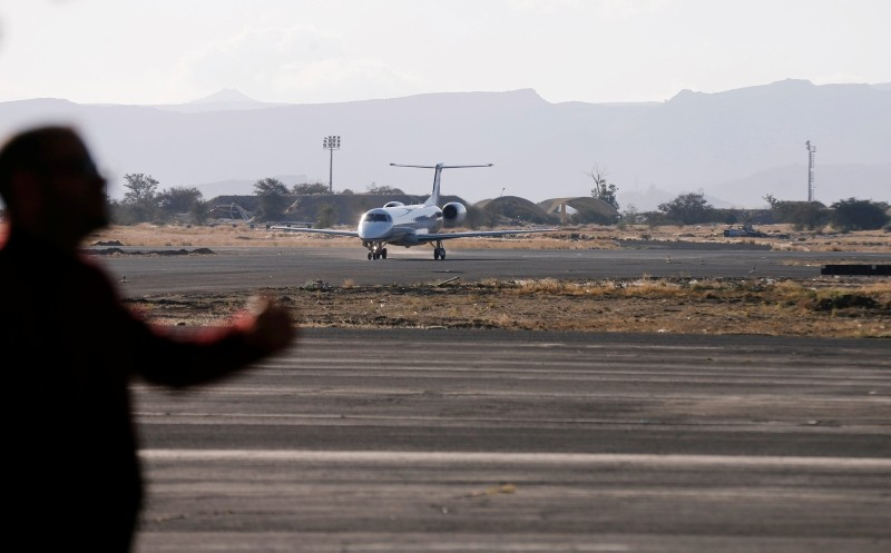 A plane carrying members of a United Nations advance team tasked with monitoring a ceasefire between the Iranian-aligned Houthi group and Saudi-backed government forces in Yemen's Hodeidah, arrives at Sanaa airport, Yemen Dec. 22, 2018(Reuters Photo)