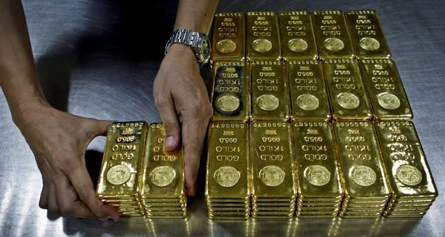 صعود الدولار يهبط بالذهب لأدنى مستوى خلال عام