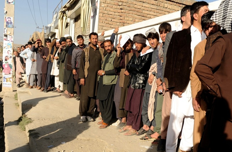 Afghan men stand line to cast their votes outside a polling center in Kabul, Afghanistan, 20 October 2018. (EPA Photo)