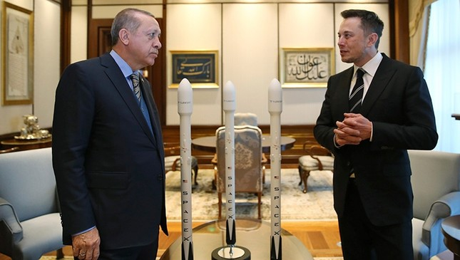 President Recep Tayyip Erdoğan talks with Elon Musk (R) Tesla and SpaceX CEO, prior to their meeting in Ankara, Turkey, Nov. 8, 2017.