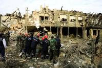فرق الإنقاذ تحاول إنقاذ الضحايا عقب قصف أرمينيا مدينة كنجة الأذربيجانية  رويترز