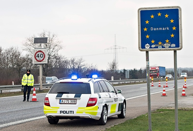 Danish Police officers check vehicles at the bordertown of Padborg, Denmark, Jan. 4, 2016. (Scanpix Denmark via Reuters)