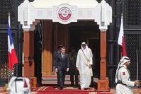 أمير قطر في استقبال رسمي لماكرون بالدوحة (الفرنسية)