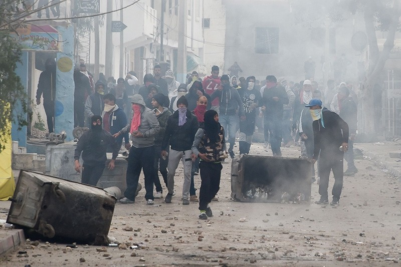 Tunisian protesters clash with security forces in the town of Tebourba on January 9, 2018, following the funeral of a man who was killed the previous day in a demonstration over rising costs and government austerity. (AFP Photo)