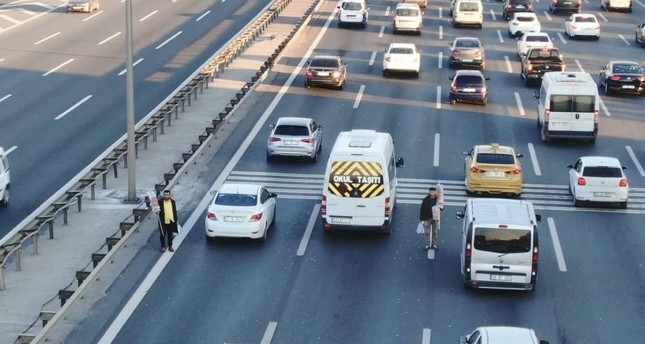 The oncoming traffic and fines do not deter vendors on Istanbul's highways. DHA Photo