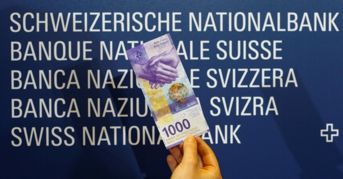 An employee of Swiss National Bank (SNB) presents the new 1,000-franc banknote in Zurich, Switzerland March 5, 2019. (REUTERS Photo)