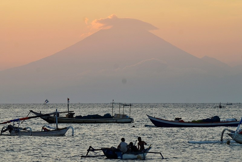 Mount Agung, an active volcano located on the resort island of Bali that has been placed on alert level 3 following recent seismic activity, is seen from Mataram on nearby Lombok island, Indonesia September 21, 2017. (Reuters Photo)