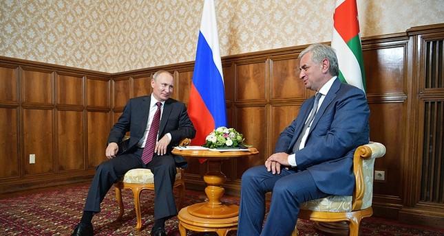بوتين في لقائه مع الرئيس الأبخازي (AP)