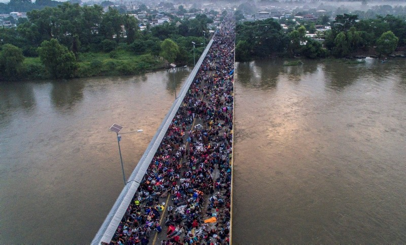 Aerial view of a Honduran migrant caravan heading to the US, on the Guatemala-Mexico international border bridge in Ciudad Hidalgo, Chiapas state, Mexico, on October 20, 2018.