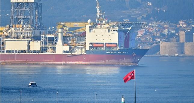 سفينة تنقيب تركية تعبر مضيق جناق قلعة في طريقها إلى المتوسط