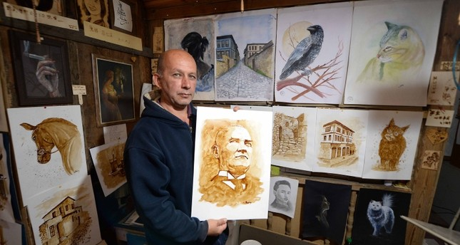 فنان تركي يبدع في رسم لوحاته بالقهوة