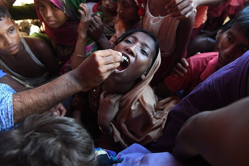 A Rohingya refugee receives an oral cholera vaccine from a Bangladeshi volunteer at the Thankhali refugee camp in Ukhia district on Oct. 10, 2017. (AFP Photo)