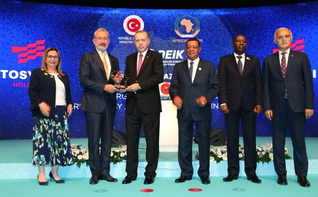 President Recep Tayyip Erdoğan presents a plaque to Tosyalı Holding Chairman Fuat Tosyalı for the company's contribution to the Turkish-African economic partnership, at the Turkey-Africa Economic and Business Forum in Istanbul, Oct. 10.