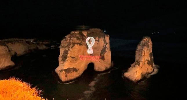 شعار بطولة كأس العالم لكرة القدم 2022 بقطر كما يبدو على صخرة الروشة في بيروت الفرنسية