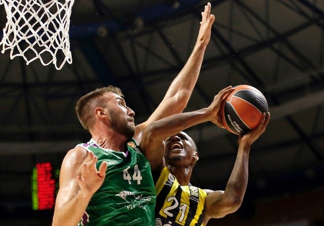 Unicaja's Dejan Musli (L) in action against Fenerbahçe's James Nunnally (R) during the EuroLeague basketball match in Malaga, last week.