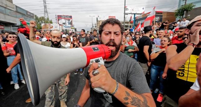 المظاهرات تشتعل لليوم الثاني في لبنان ومحتجون يقتربون من القصر الرئاسي