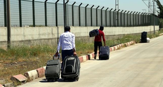 سوريون يعودون من تركيا إلى بلادهم لقضاء رمضان والعيد