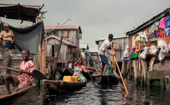 People navigate the the waterways of Makoko waterfront community in Lagos, Nigeria, May 15, 2018. (AFP Photo)
