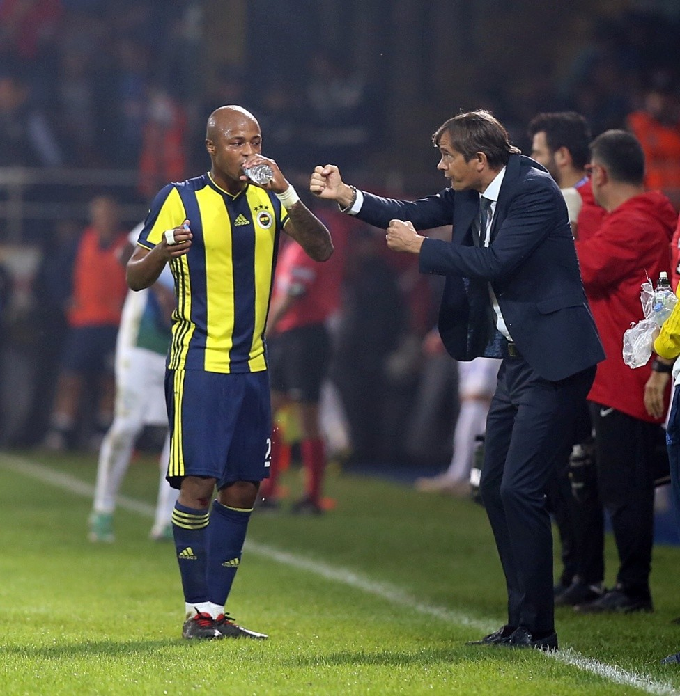 Fenerbahu00e7e's coach Cocu gives instructions to Ayew during the match against Rizespor on Sunday.