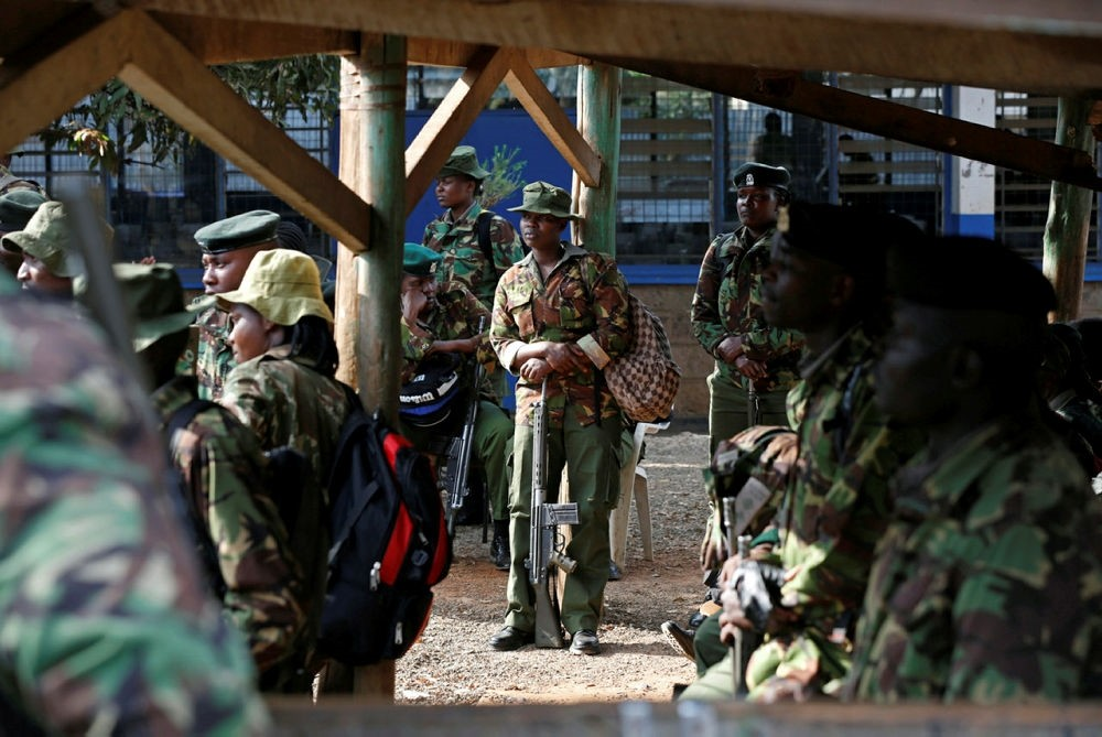 Kenyan security personnel wait at a tallying center before being assigned to polling stations, in Nairobi, Kenya August 7, 2017. (REUTERS Photo)
