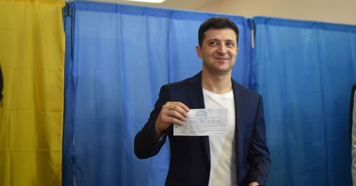 Ukrainian comedian and presidential candidate Volodymyr Zelensky shows his ballot to the media at a polling station during the second round of Ukraine's presidential election in Kiev on April 21, 2019. (AFP Photo)