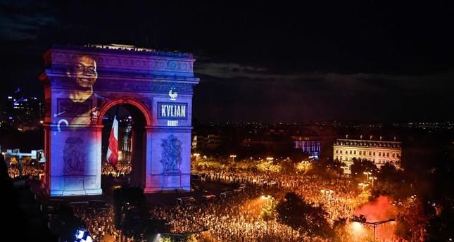 فرنسا تحتفل بكأس العالم وأعمال شغب في الشانزيليزيه