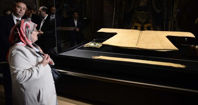 Muslims flocked to see Prophet's cloak on display after the exhibition opened on Friday. (DHA Photo)