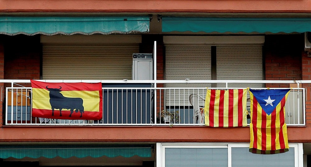 Spanish and Catalonian pro-independence flags hang from balconies in Badalona, Catalonia, Spain, Dec. 20, 2017. (EPA Photo)