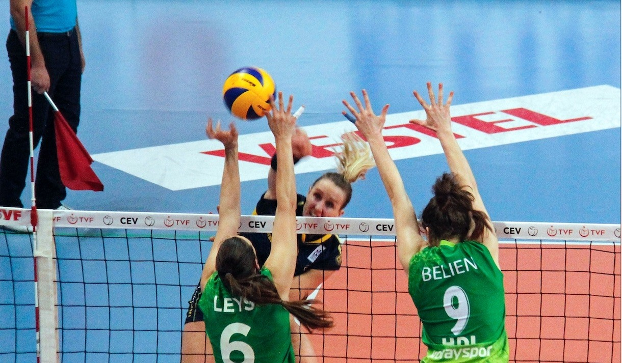 Bursa Bu00fcyu00fcku015fehir Belediyesporu2019s Leys (L) and Belien (R) in action against Nantesu2019s Carter during the match in Cengiz Gu00f6llu00fc Facility in Bursa.