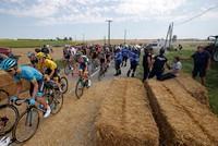Протестующие фермеры сорвали этап велогонки «Тур де Франс», забросав шоссе сеном