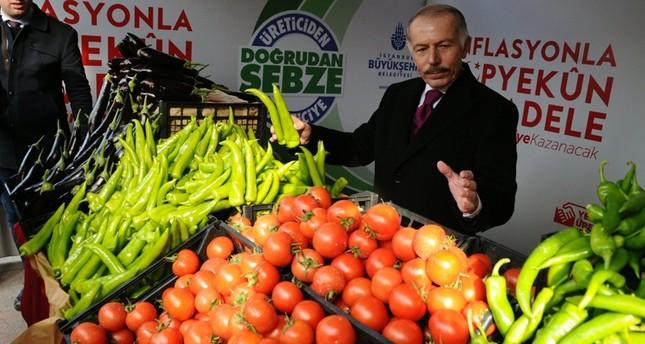 Bayrampaşa Mayor Atila Aydıner presents goods at a direct sales point in the district. (Photo: Sabah/Mustafa Kaya)