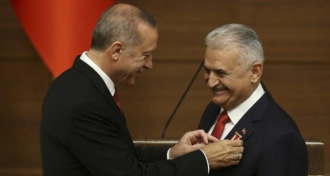 تقديرا لنجاحاته.. الرئيس أردوغان يقلد بن علي يلدريم وسام الشرف