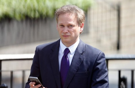 Grant Shapps holds his mobile phone as he walks through the Parliamentary Estate as PM David Cameron names his new cabinet, in central London May 11, 2015. (REUTERS Photo)