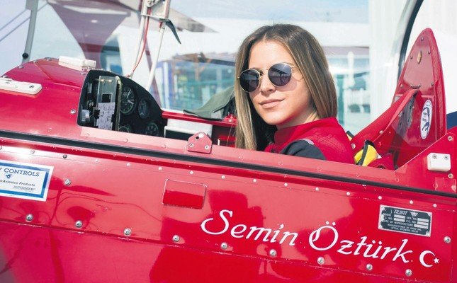 Turkish female acrobatics pilot gives jaw-dropping performance at airshow