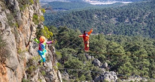 مغامرة في السماء مهرجان السير على الحبال المعلقة في تركيا