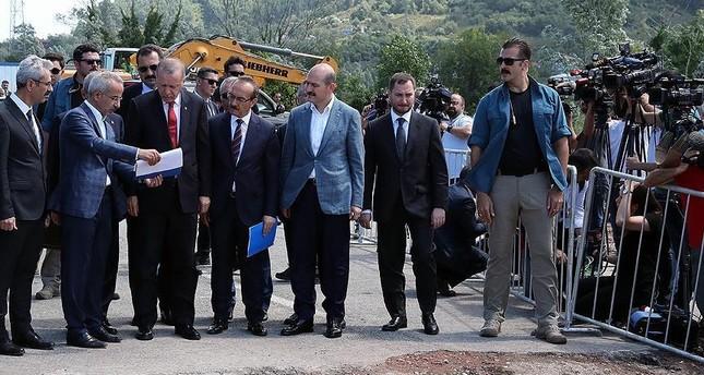 أردوغان يتفقد المناطق المتضررة جراء السيول بولاية أوردو ويعد بالتعويضات