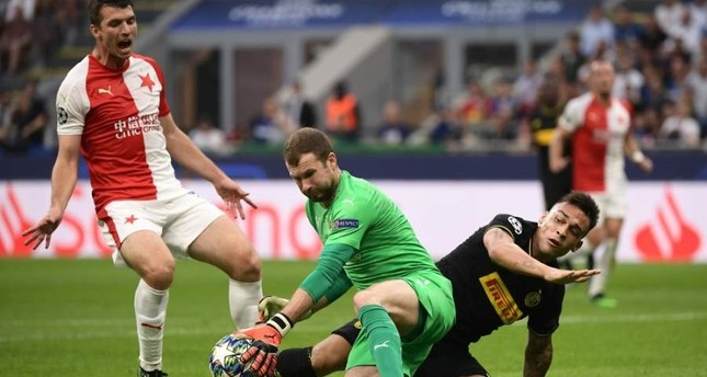 Inter Milan's Argentinian forward Lautaro Martinez (R) challenges Slavia Prague's Czech goalkeeper Ondrej Kolar (C) during their Champions League at the San Siro in Milan. (AFP Photo)