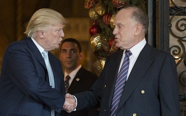 Donald Trump shakes hands with Ronald Lauder, President of the World Jewish Congress, after a meeting on December 28, 2016 at Mar-a-Lago in Palm Beach, Florida. (AFP Photo)