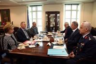 وزير الدفاع التركي خلوصي أقار خلال لقائه نظيره باتريك شاناهان في واشنطن (DHA)