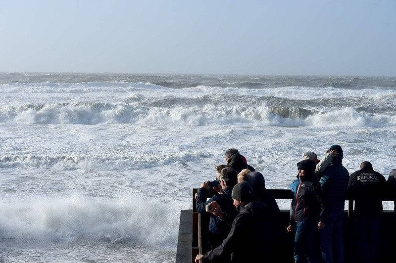 People watch waves during the storm Carmen in Lacanau, southwestern France, on January 1, 2018. (AFP Photo)