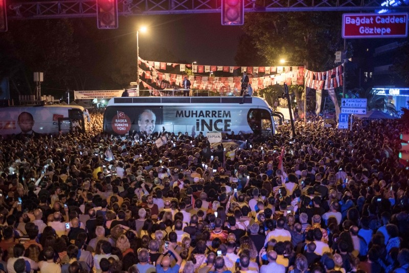 Presidential candidate of Turkey's main opposition Republican People's Party (CHP) Muharrem Ince speaks to supporters on top of a bus during an election campaign rally in Istanbul on June 9, 2018. (AFP Photo)