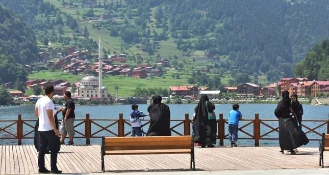 سياح وسائحات من السعودية في منطقة بحيرة أوزون غول بولاية طرابزون التركية