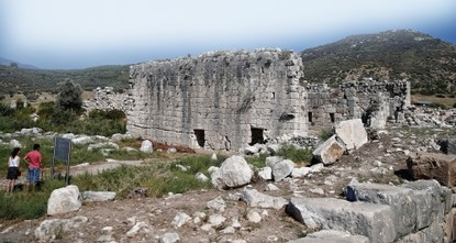 pMore than 200 utensils that are 2,350 years old, including a bronze mirror frame and a fork, have been unearthed in the ancient city of Patara, located in the Kaş district of Antalya...