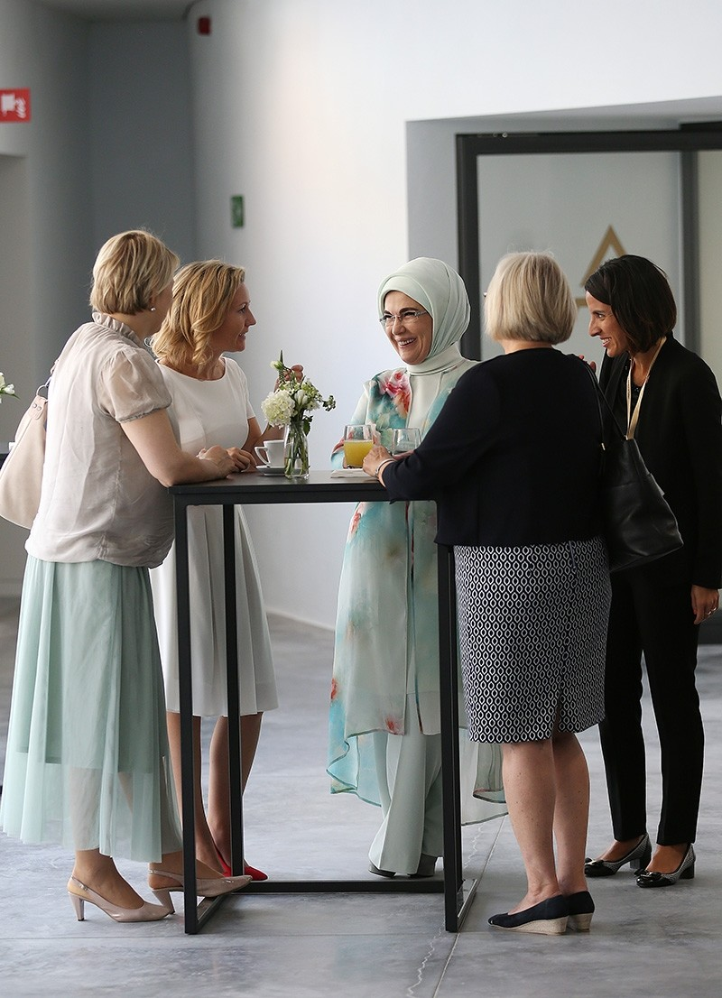 Erdoğan talks with other first ladies during museum tour
