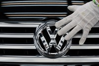 Swiss consumer protection organization SKS has filed a claim on behalf of some 6,000 car owners seeking damages from Volkswagen AG and Swiss car dealer AMAG related to the