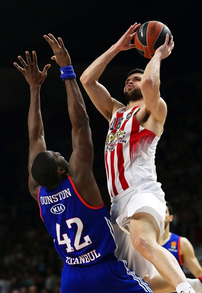 Olympiacosu2019 Kostas Papanikolaou (R) in action against Anadolu Efesu2019 Bryant Dunston (L) during the Euroleague Playoff round 3 basketball match in Istanbul.