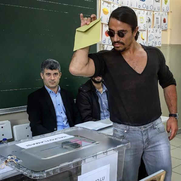 Der berühmte 'Salt Bae' Nusret Gökçe gibt wieder seine Pose zum Besten (Instagram Foto)