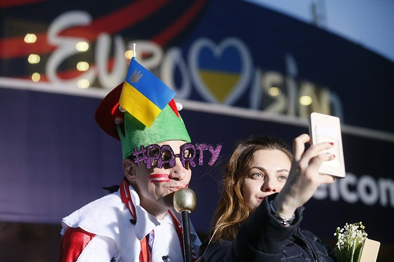 Fans take selfie before the Eurovision Song Contest 2017 Grand Final at the International Exhibition Centre in Kiev, Ukraine, May 13, 2017 (Reuters Photo)