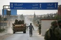 قوات من الجيش الوطني السوري المدعوم من تركيا على حدود مدينة تل أبيض (الأناضول)